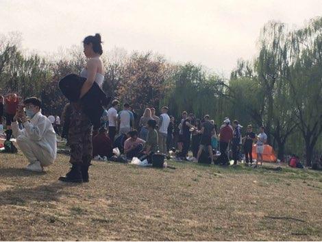 外国人不戴口罩扎堆聚餐,北京朝阳公园回应:文明劝离疏散!