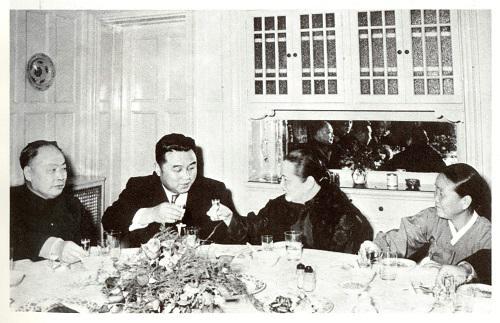 1958年12月,宋庆龄在寓所设宴欢迎金日成和代表团