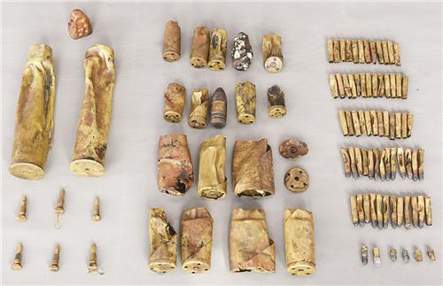 经远舰上发现的各种小口型武器弹药筒、子弹等。图/国家文物局