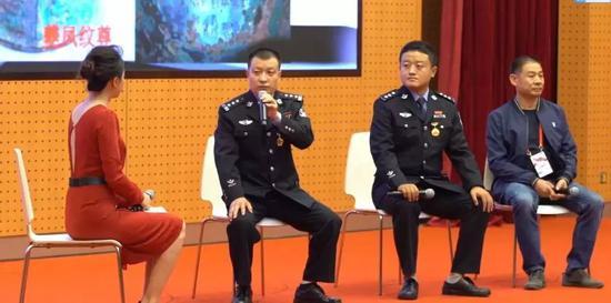 张少华(左二)讲述扫黑故事