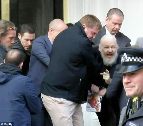 4月11日,阿桑奇被英国警方逮捕。(每日邮报)