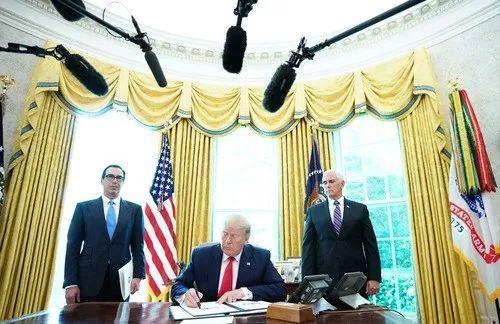 6月24日,在美国华盛顿白宫,美国总统特朗普(中)在椭圆形办公室签署行政令,对伊朗最高领袖哈梅内伊及其领导下的机构实施制裁。新华社/法新