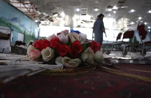 这是8月18日在阿富汗首都喀布尔拍摄的袭击现场的婚礼用花。新华社发(拉赫马图拉·阿里扎达摄)