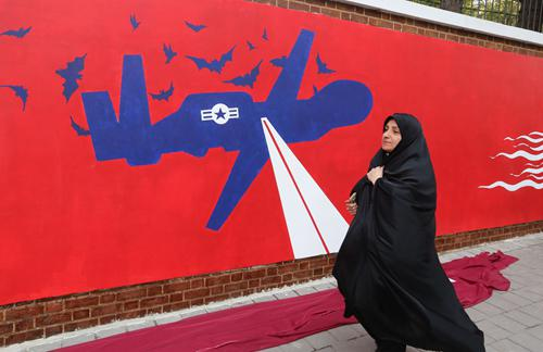 伊朗击落美军无人机相关壁画。图源:法新社