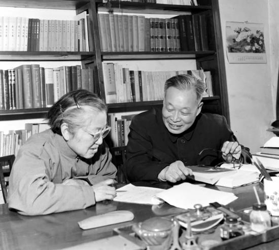 女科学家何泽慧(左)和她的丈夫、科学家钱三强在一起研究有关学术问题(资料照片)。新华社发