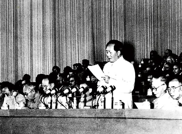 1956年9月15日至27日,共产党第八次代表大会在北京举行。大会提出的党和国家主要任务是集中力量发展生产力的思想,对于社会主义事业的发展和党的建设具有长远的重要的意义。图为毛泽东在大会上致开幕词。 新华社发