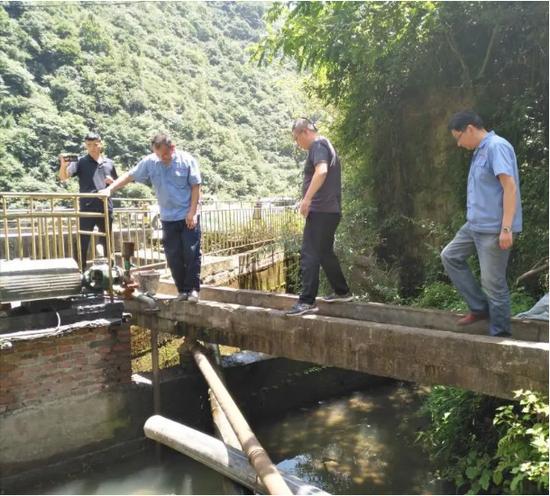 中央第五生态环境珍惜督察组在陇南市现场核查企业整改情况。图片来自生态环境部