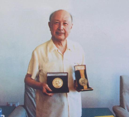 """△1989年,钱学森获得了""""幼罗克韦尔奖章"""",面对荣誉,他说:""""今天给吾的奖,说是第一个中国人得此奖。吾说,主要的是'中国人'三个字,这个'中国人',答该包括中国成千上万为此做出贡献的人。"""""""