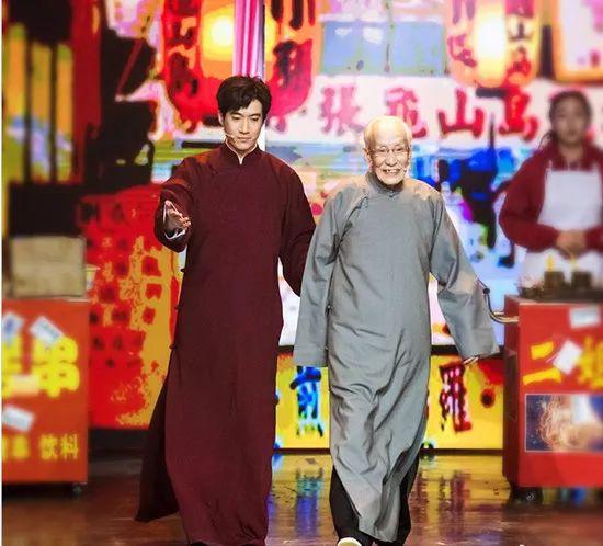 Chang Yuan (left) and his grandfather Chang Baohua are on the same scene.