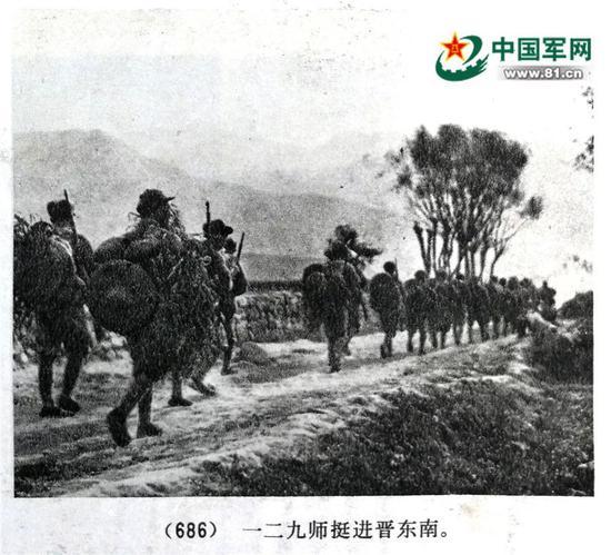 1937年10月八路军一二九师东渡黄河挺进晋东南时的官兵着装,据《中国人民解放军历史资料图集》第二册第27页。