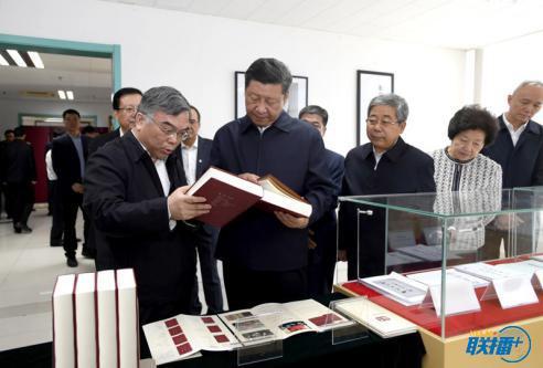 2018年5月2日,习近平在北京大学国际马克思主义文献中心察看馆藏马克思主义典籍。图片来源:新华社