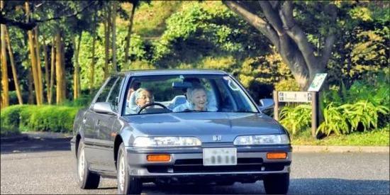 2013年明仁天皇和美智子皇后驾车驶入皇居东御苑。/宫内厅网站