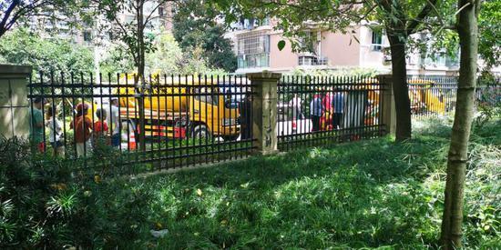 上午10时,小区内吸污车作业。郑子愚 摄
