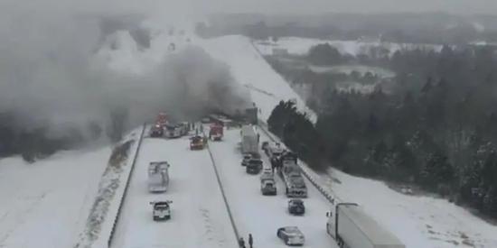 暴风雪天气造成交通事故 视频截图