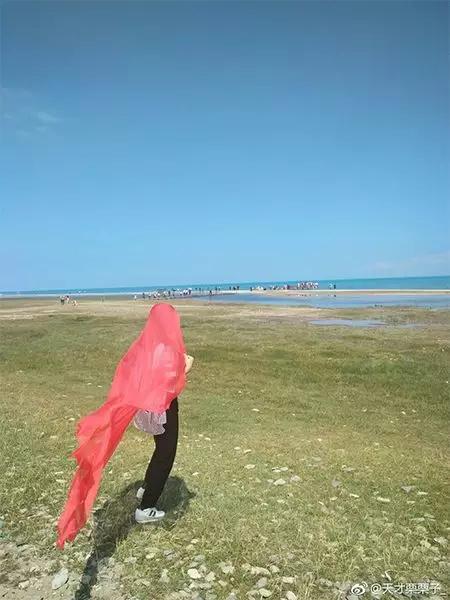"""""""阿姨们照相带7条丝巾""""上热搜_网友晒自家妈妈"""
