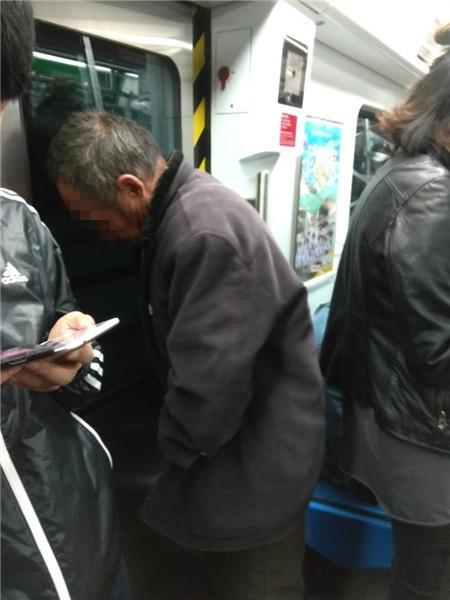 市民拍到的男子疑似在地铁内小便过程 供图王先生
