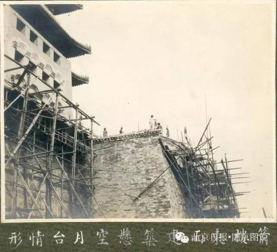箭楼东侧面正在修建悬空月台。