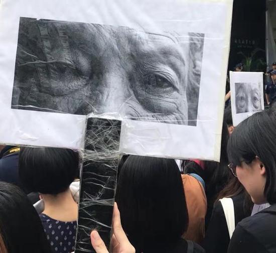 台湾民众示威要求日本政府道歉。新华社记者 何自力 摄