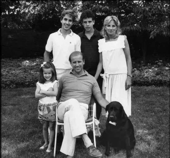 ·1972年一场车祸夺走了拜登前妻和小女儿的生命。图为拜登和前妻一家五口照片。