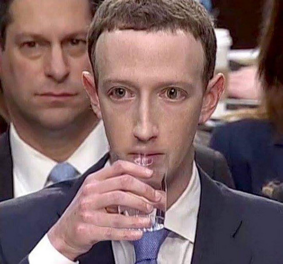 """扎克伯格在2018年的国会听证会上双眼呆滞、缺乏情感色彩的表情,被很多美国网友当成其是""""蜥蜴人""""的实证。"""