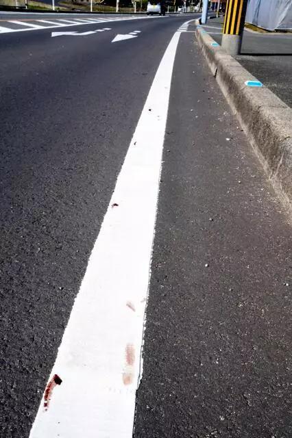 跪着爬完全程的饭田怜腿上留下的血迹。图片来源:日本《朝日新闻》