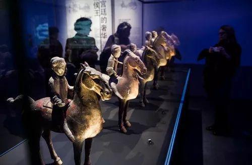 """2014年10月21日,在法国巴黎,观众在""""汉风-中国汉代文物展""""上参观。新华社记者陈晓伟摄"""