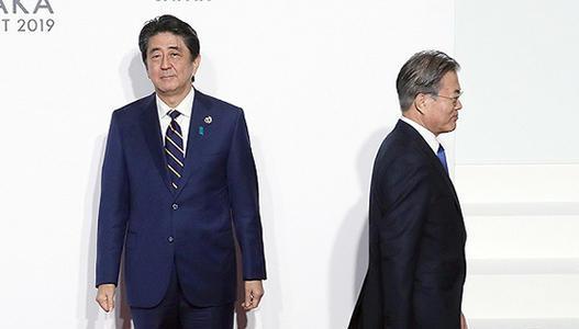 2019年G20大阪峰会上的安倍和文在寅(共同社)