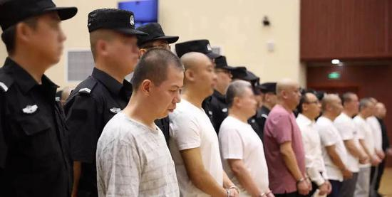 2019年7月,太原市中级人民法院开庭审理任喜欢军等24人涉暗案。图源:山西高院