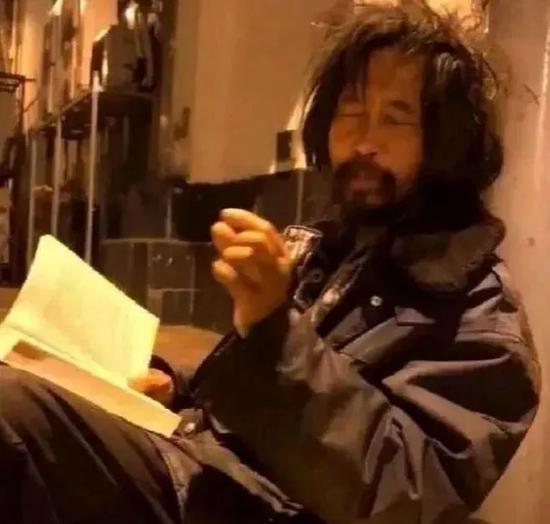 在路边读书