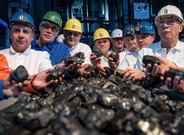 布洛普-汉尼尔矿工与煤炭相符影留念(图源:AFP)
