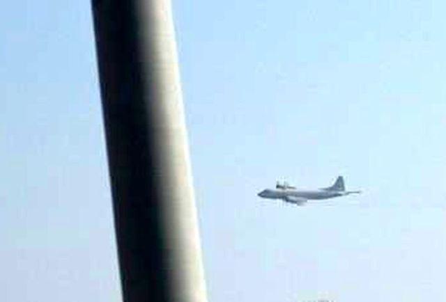 """1月23日下午,日本P-3巡逻机从约60米的高度贴近韩国""""大祚荣""""号驱逐舰右弦飞行,距舰桥天线仅有1公里远。(图片来源:韩联社网站)"""