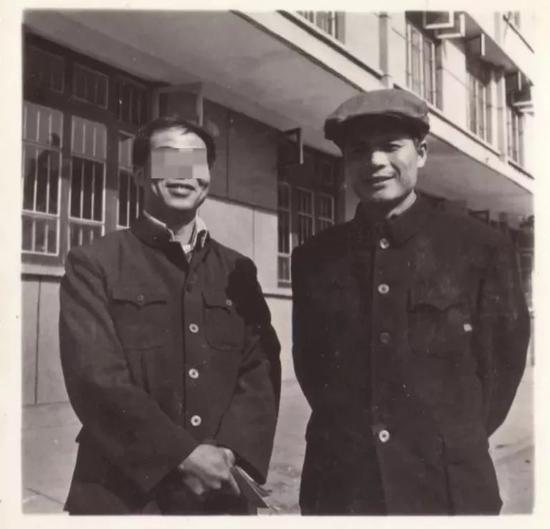 邓世平(右)