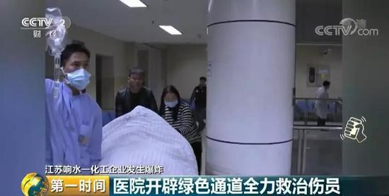 记者在现场看到,有一些伤员和病人家属正在医院二楼的CT室排队等候检查。