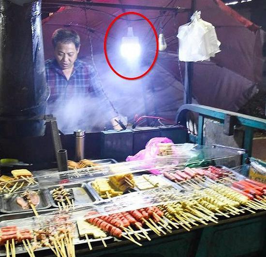 楊杰公司的燒烤攤照明燈。圖片提供:受訪者
