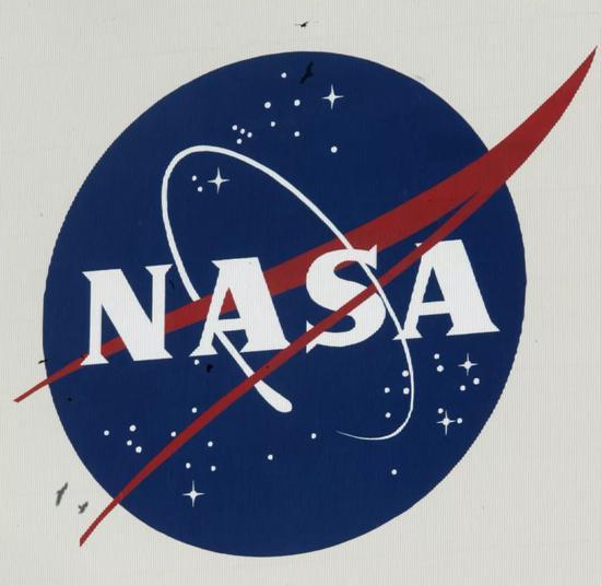 这是2007年12月6日在美国肯尼迪航天中心一处建筑物上拍摄的美国航天局的标志。新华社/法新