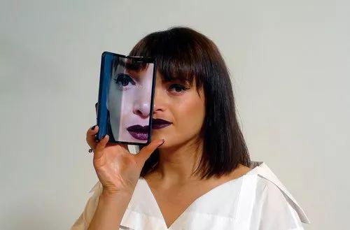 4月16日,在英国伦敦,一名模特在媒体预览活动上展示三星盖乐世Fold折叠屏手机。新华社/美联