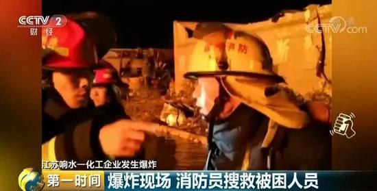 十几分钟后,这名被困男子也被安全救出。