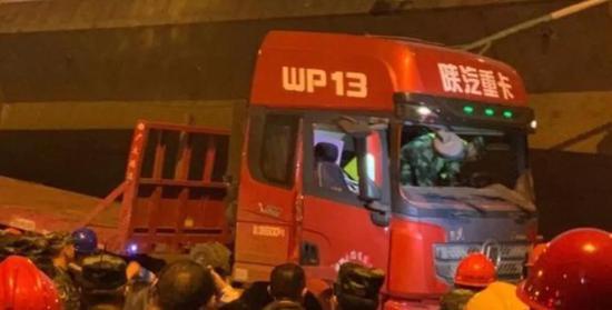 无锡事发时随桥面一起侧翻的红色卡车