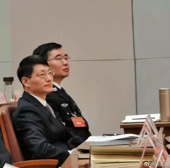 陈士渠(右)在西藏出席大会