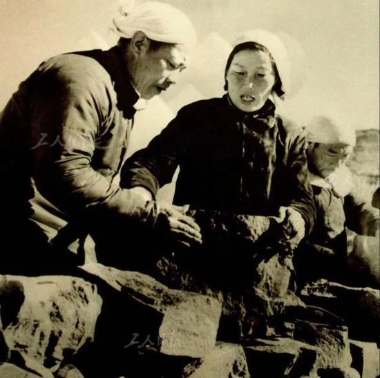 1954年,西沟村遭遇洪水袭击,申纪兰和乡亲们恢复生产