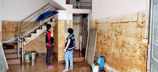 广西荔浦马岭镇福德村村委一层楼被占有,手摇警报铃也被泡坏。图/受访者挑供