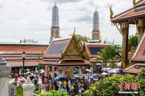 原料图:游客在泰国曼谷大王宫游览。 翟李强 摄