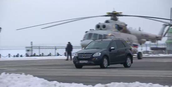 普京驾驶黑色奔驰,将小男孩送到停机坪。