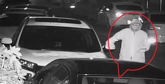 徐某拉车门行窃。警方供图