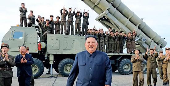 8月24日,朝鲜最高领导人金正恩指导新开发的超大型火箭炮试射。图/新华
