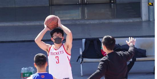 打球戴口罩不是开玩笑 北京室外运动场准入严格