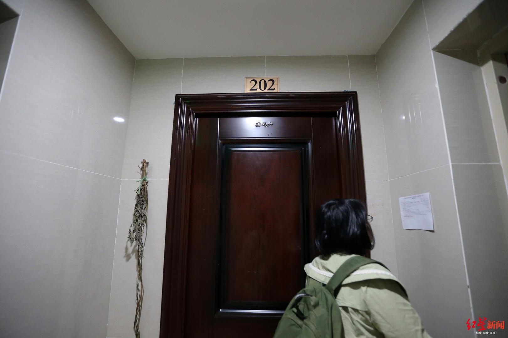 ▲黄先生拿到钥匙的门牌为201的房子在合同上应该是202,挂门牌号202的房子已有别人入住