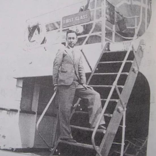 △钱学森1935年从上海起程去美国留学,在轮船上留影。