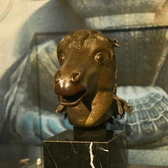 马首铜像。资料图