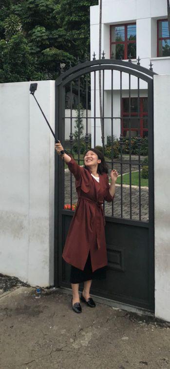 """环环在原台湾驻多米尼加""""使馆""""前微笑自拍。"""